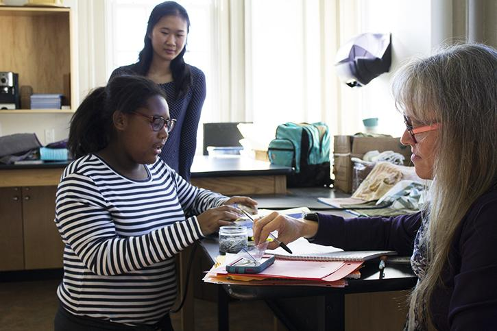 Senior+Jessica+Yan+monitors+a+middle+school+student+creating+a+three-dimensional+hologram+pyramid+at+the+Baltimore+Montessori+Public+Charter+School+Oct.+10.+%E2%80%9CAfter+each+workshop%2C+we+ask+the+girls+questions+to+review+what+they%E2%80%99ve+learned+that+day%2C+and+to+see+their+confidence+and+excitement+increasing+each+time+really+bolsters+my+mission%2C%E2%80%9D+Yan+said.